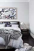 Schlafzimmer in Grautönen mit natürlicher Deko