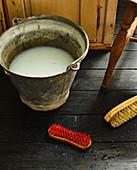 Vintage Eimer mit Putzmittel und Wurzelbürste