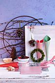 Verschiedene Utensilien für das Basteln von Weihnachtskränzen