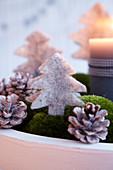 Adventskranz aus Moos dekoriert mit Filz-Tannen und Zapfen (Ausschnitt)