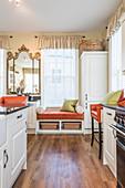 Sitzbank unter dem Fenster einer Wohnküche im Landhausstil