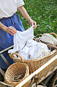 Frau beim Aufhängen von traditionell handgewaschener Wäsche