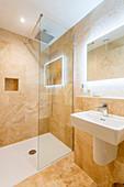 Spiegel mit indirekter Beleuchtung im sandfarbenen Badezimmer