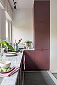 Küchenzeile über Eck mit Fronten in Altrosa