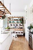 Rustikales Regal in weißer Landhausküche mit Holzboden