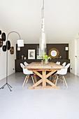Esszimmer mit Holztisch und Klassikerstühlen