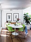 Replik von Klassikertisch mit limettengrünen Stühlen in offenem Essbereich
