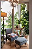 Sessel mit Fußhocker als Sitzplatz vor dem Fenster