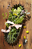 Vintage Backform mit Wiesenblumen als Tischdeko