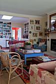 Gemütliches Wohnzimmer im Landhausstil mit blauem Couchtisch