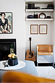 Sessel und Gitarre in der Wandnische im klassischen Wohnzimmer