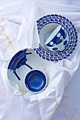Keramikgeschirr mit verschiedenen blau-weissen Dekoren
