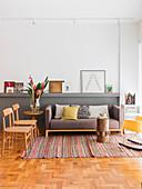 Sofa mit Kissen, Beistelltisch und Stühle im Wohnzimmer