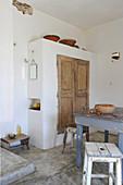 Wandschrank im rustikalen Wohnraum mit Esstisch und Dusche