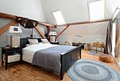 Schlafzimmer im Vintage-Stil unter dem Dach