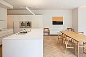 weiße Küche mit Essbereich