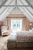 Romantisches Schlafzimmer mit Toile-de-jouy Tapete und Vorhang