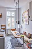 Tisch und Bank in einer schmalen Küche im Berliner Altbau