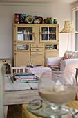 Gelber Buffetschrank im Shabby Chic im romantischen Wohnzimmer