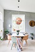 Tisch mit Schalenstühlen in hellem Esszimmer