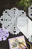 Nostalgisches Deckchen aus Papier mit Einschnitten