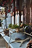 Natürliches Adventsgesteck mit Fundstücken aus dem Wald