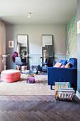 Wohnzimmer mit Beautysalon im Glamour-Look