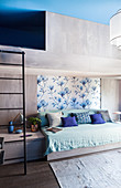 Modernes Etagenbett aus Beton im Schlafzimmer in Blau und Grau