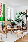 Klassiker Sessel mit Coffeetable und Fußschemel, im Hintergrund Zimmerpflanzen