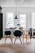 Runder Tisch mit schwarzen Klassikerstühlen
