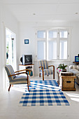 Ländliches Wohnzimmer in Blau und Weiß