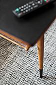 Tisch mit schwarzer Folie beklebter Platte