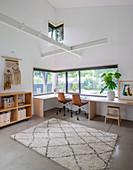 Umlaufender Schreibtisch am Eckfenster im großen Arbeitszimmer