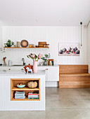 Moderne Landhausküche mit eingebauter Holzbank