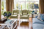 Klassisches Wohnzimmer mit Polstermöbeln in Blau und Grün