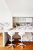 Modern kitchen in white and with marbled fronts