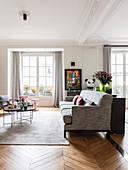 Moderne Möbel im Wohnzimmer mit Fischgrätparkett und Stuckdecke