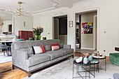 Moderne Möbel im Wohnzimmer mit Stuck an Decke und Wänden