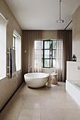 Luxuriöses Badezimmer in Beige