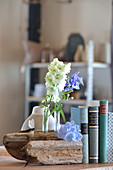 Buchstütze aus Treibholz dekoriert mit Sommerblüten