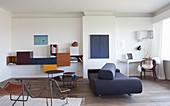 Designermöbel und Arbeitsecke im Wohnzimmer mit weißer Wand