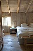 Rustikales Schlafzimmer mit Wänden, Boden und Decke aus Holz