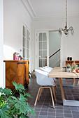 Schalenstühle am Holztisch im Esszimmer im Altbau mit Stuckdecke