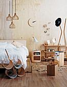 Schlafzimmer in hellem Holz