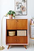 Retro Sekretär, restauriert mit rosa Seitenwand und Ablagefläche, Zimmerpflanzen und Stehleuchte