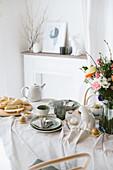 Lässig gedeckter Tisch fürs Osterfrühstück in Naturtönen