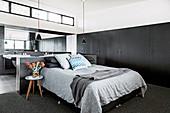 Doppelbett und Einbauschränke im Schlafzimmer mit Bad Ensuite