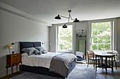 Stilmix im Schlafzimmer in gedeckten Farben