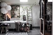 Üppig dekoriertes Bad im romantischen Boho-Stil in Grau