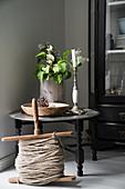 Alte Holzspindel mit Schnur vor orientalischem Tabletttisch